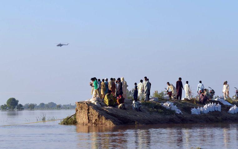 Ook in Pakistan haalde het leger duizenden mensen uit de gevarenzone. Beeld AFP