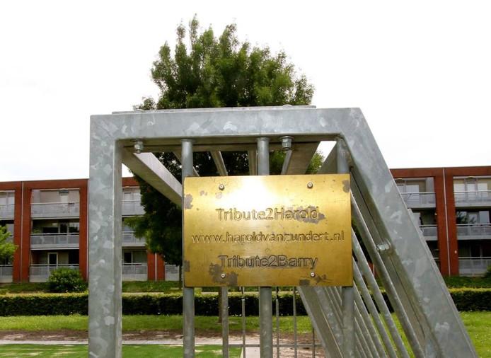 De plaquette aan de goal van het trapveldje op Karnsberg verwijst ook naar www.haroldvanzundert.nl foto Léon Krijnen