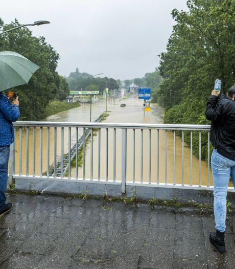 Drie mensen uit boerderij gered, dak ingestort en snelweg onder water: enorme wateroverlast Zuid-Limburg