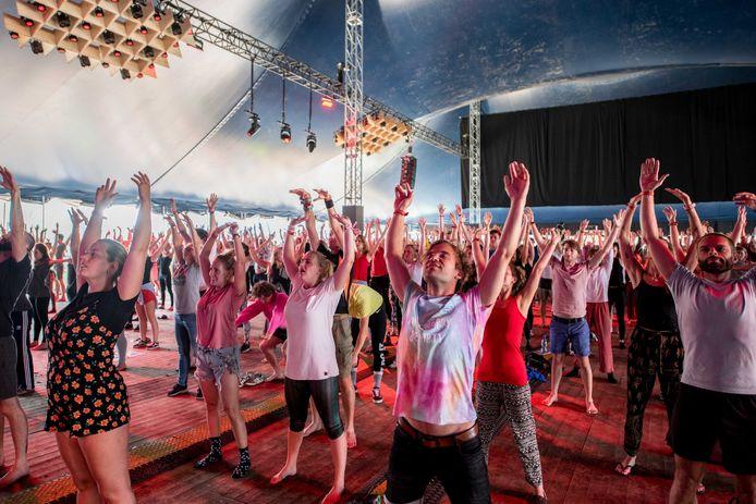 De dag beginnen met yoga op het festivalterrein tijdens de eerste dag van de 27e editie van muziekfestival A Campingflight to Lowlands Paradise.