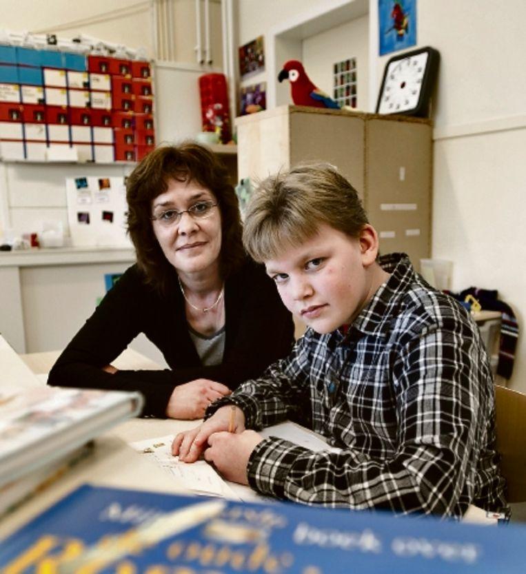 Directeur Ellen Pieterse van SBO De Wissel en leerling Kevin Bos. ( FOTO PATRICK POST) Beeld Patrick Post