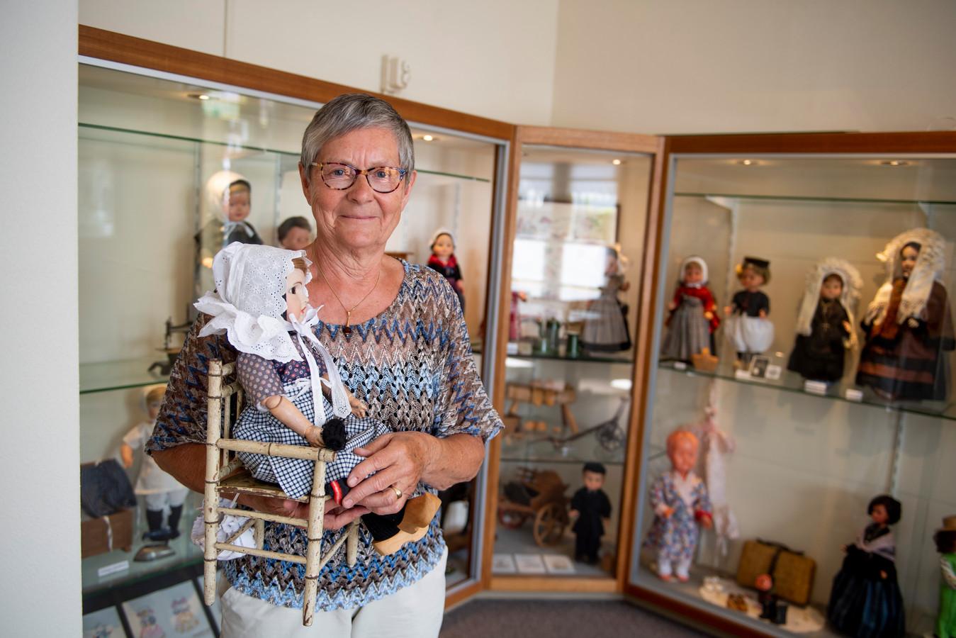 Hanny Agterkamp heeft de nalatenschap (oude kledingdrachtkleding) van Diek Stegeman nagekeken en hersteld voor de tentoonstelling in de Oudheidkamer Holten. Stegeman was werkzaam in het openluchtmuseum Arnhem.