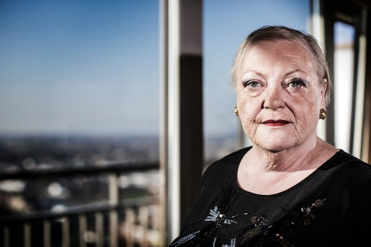 Actrice Viviane De Muynck volgt de voorschriften goed op. Beeld Bob Van Mol