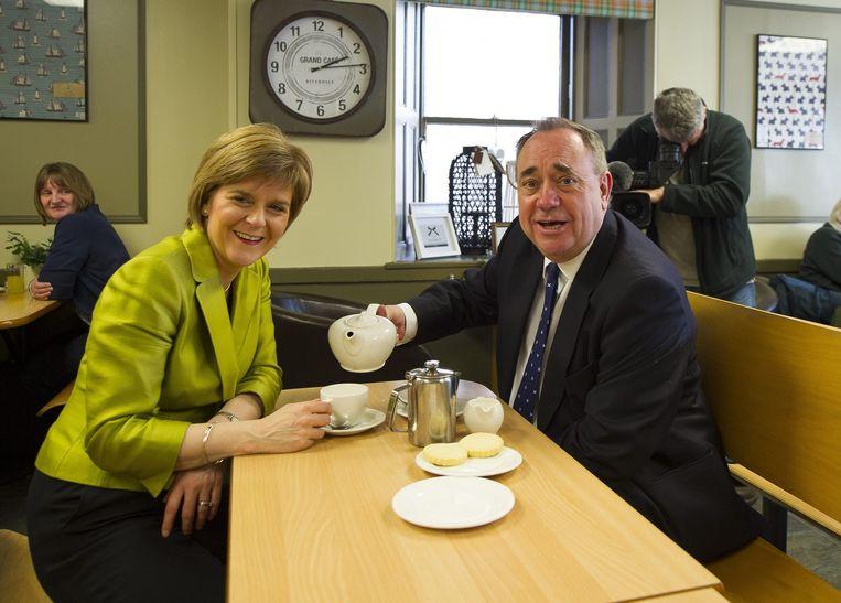 Nicola Sturgeon, leider van de Scottish National Partij, en haar voorganger Alex Salmond. Beeld ANP