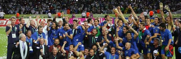 Het Italiaanse team en de begeleiders juichen na afloop van de gewonnen finale van het WK voetbal. (AP) Beeld