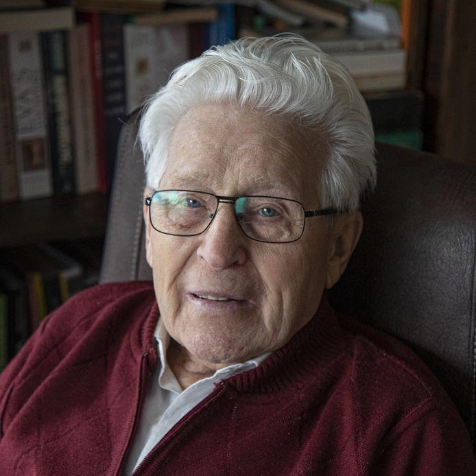 Roelf Wolterink (97), oud-dwangarbeider, verzetsman en Indiëganger legt een krans voor alle burgerslachtoffers bij de Nationale Dodenherdenking op De Dam.