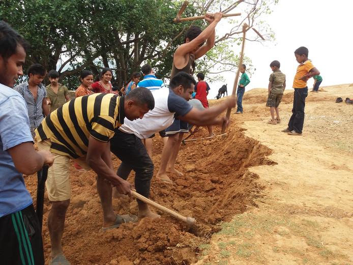 Met de hand wordt een gat gegraven voor de door Rijssen betaalde nieuwe watertank