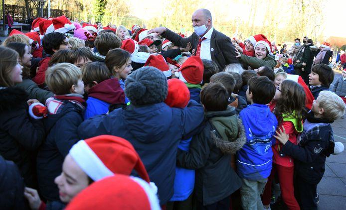 Dat Bart geliefd was in de basisschool waar hij al zolang aan de slag is, dat werd overduidelijk op de speelplaats waar bijna 500 leerlingen en leerkrachten hem bedankten voor al die jaren trouwe dienst.