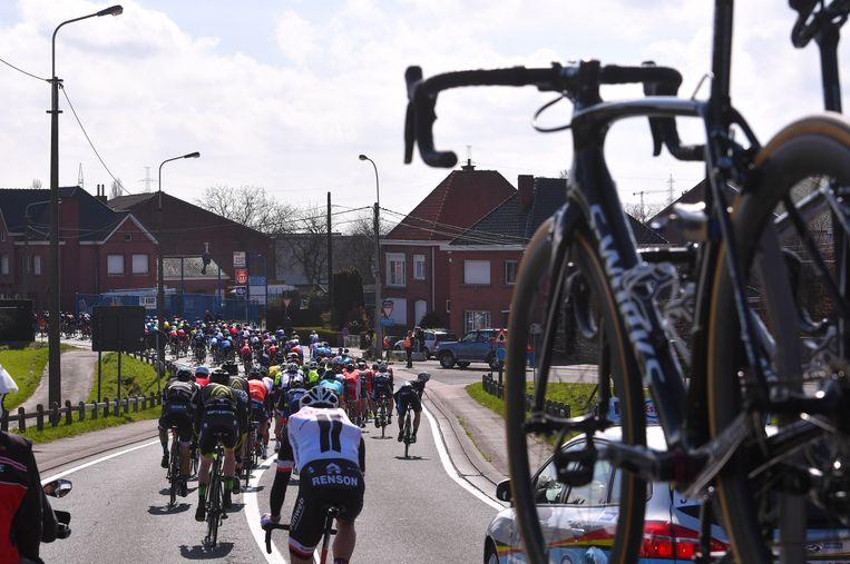 Beklaagde Claude V. voerde in zijn vrije tijd vips rond tijdens de wielerwedstrijd Dwars Door Vlaanderen.