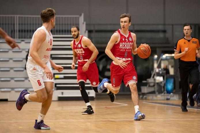 Captain Boy van Vliet, hier in actie in de gewonnen uitwedstrijd tegen Apollo Amsterdam (57-103) van afgelopen zaterdag, reist volgende week met Heroes Den Bosch naar Lissabon voor de eerste groepswedstrijd in de FIBA Europe Cup.