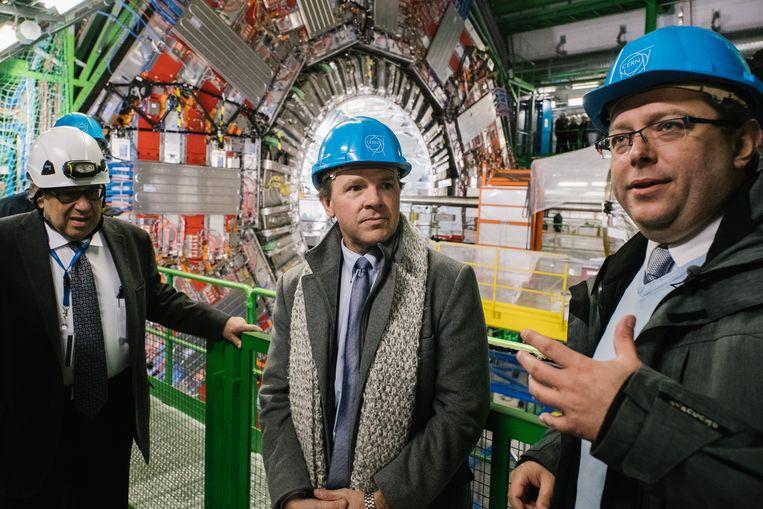 Jorgen D'Hondt (r) legt in detail uit wat er zich afspeelt in de ondergrondse kathedralen van het CERN.  Beeld Wouter Van Vooren