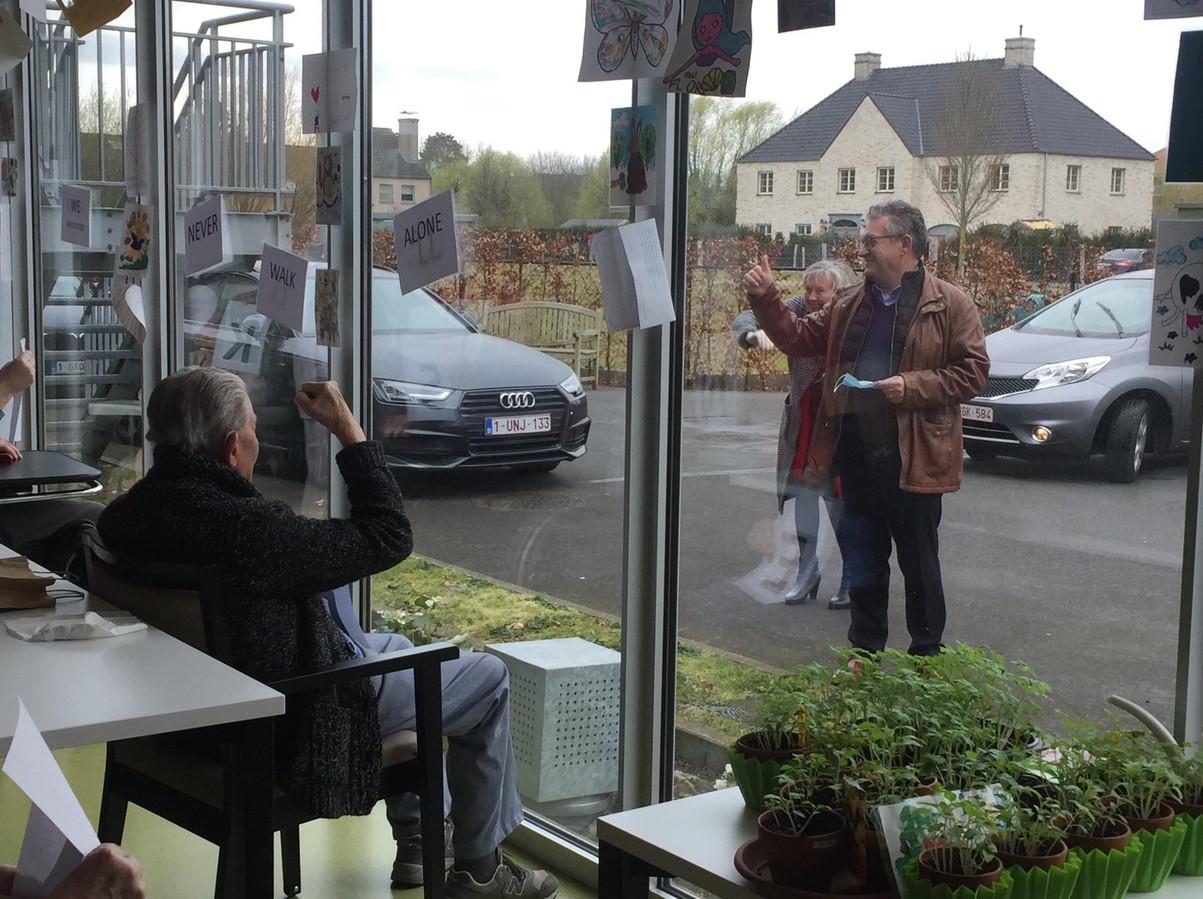 Burgemeester Dirk De fauw kwam de bewoners en het personeel een hart onder de riem steken vanop de parking