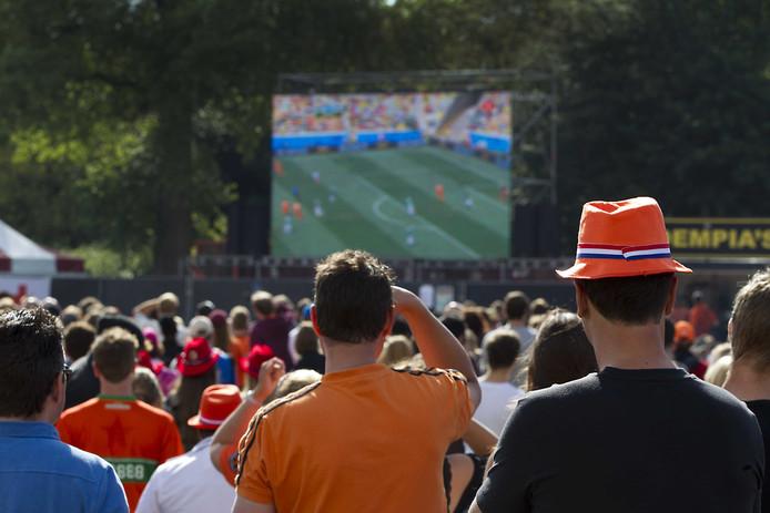 Oranjefans kijken naar de wedstrijd tussen Nederland en Mexico tijdens het WK 2014.