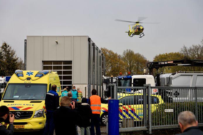 De hulpdiensten rukten donderdagavond massaal uit om een man bij destructiebedrijf Rendac het leven te redden.