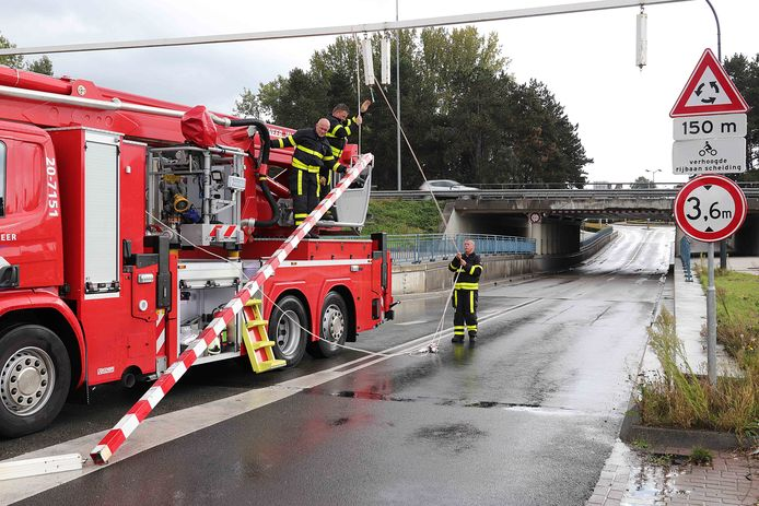 Viaduct op de Hertog Janstraat in Waalwijk weer geramd.