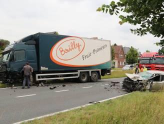 Bestuurster gewond na frontale aanrijding met vrachtwagen