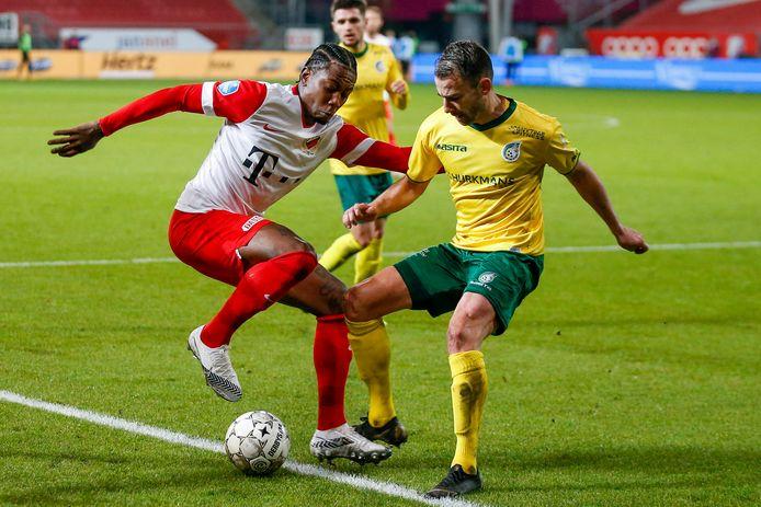 Eljero Elia (l) in duel met Roel Janssen van Fortuna Sittard, eerder dit seizoen.