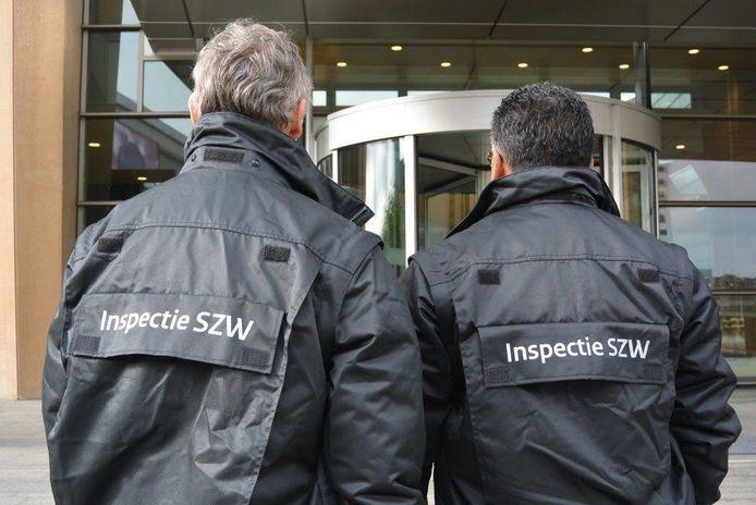 De Inspectie SZW betrapte een sushirestaurant in Apeldoorn: twee Nepalezen en een Chinees waren daar zonder tewerkstellingsvergunning aan het werk.