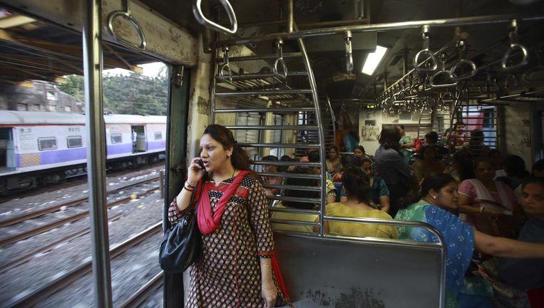 Bellende vrouw in een coupé voor vrouwen alleen in een trein in India. Beeld REUTERS