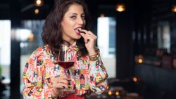 """Chocolatier Neuhaus en sommelier Sepideh ontwikkelden pralines die perfect bij wijn passen: """"Niet iedereen is fan van zoete dessertwijn"""""""