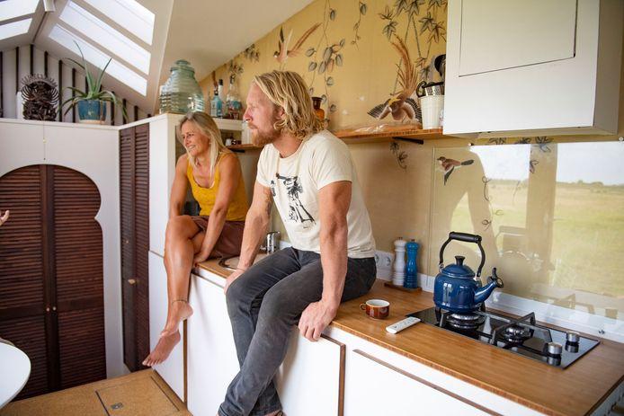 Wendy en Timothy kozen voor een relatief ruime keuken in hun kleine huis.