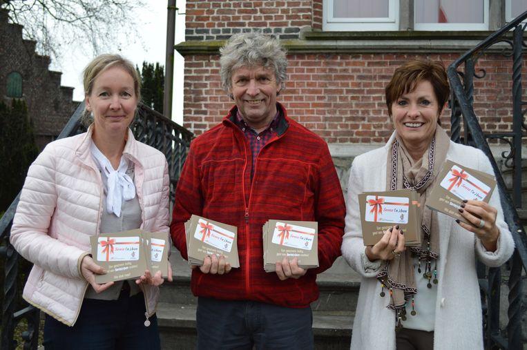Kathleen Seynhaeve, Carlos Bonamie en Claudine Bonamie met het deelnemersboekje ter promotie van de Sente(n)bon.