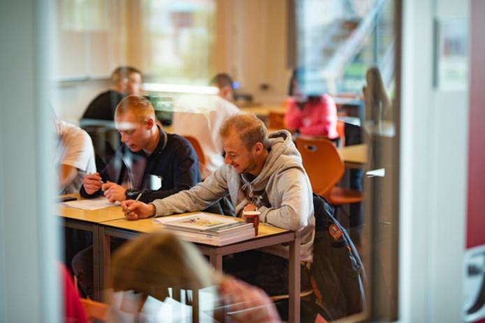 De 21-jarige Joep (links) woont, werkt én leert op Texel via de Texel Academy.