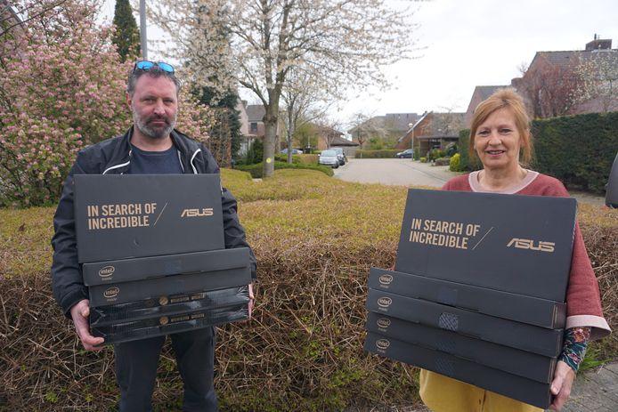 Robin Lannoo en Carine Danneels van het CAW mogen dankzij Kiwanis tien laptops en knutselgerief verdelen bij kwetsbare gezinnen.