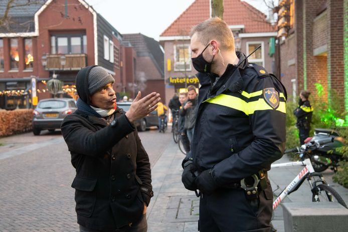 Organisator Eldor van Feggelen in gesprek met een agent tijdens de eerste demonstratie in Nunspeet.