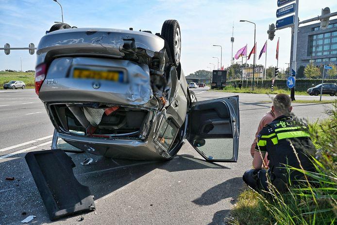 Auto over de kop in Tilburg.