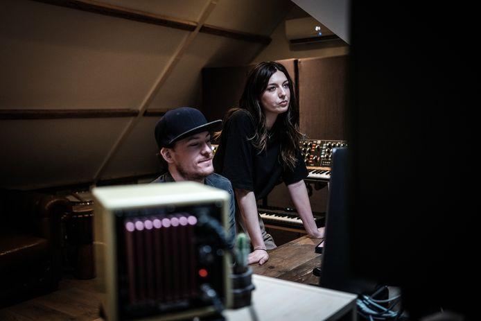 Rick Wiegerinck en Debbie Eijsink aan het werk in hun eigen studio in Vragender.