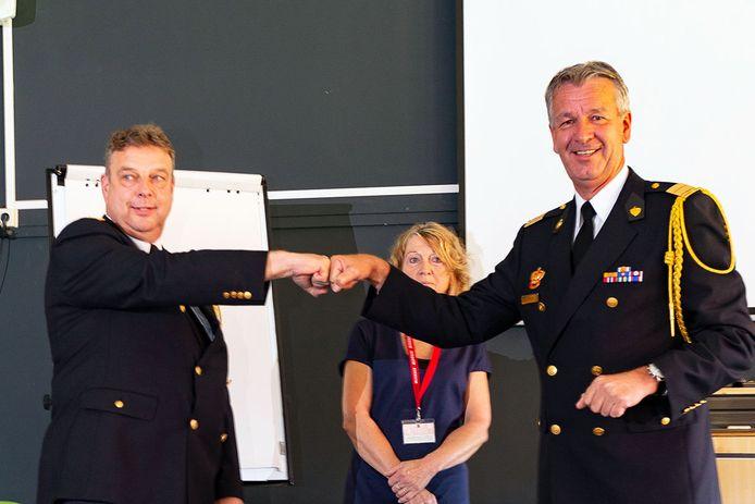 Henk Schuijn (links) nadat hij zijn onderscheiding heeft ontvangen van commandant Stephan Wevers van de brandweer Twente.
