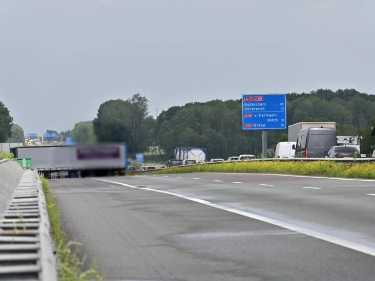 Vrachtwagen geschaard op A17 bij Moerdijk, snelweg tussen knooppunt Klaverpolder en Industrieterrein Moerdijk weer open
