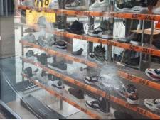 Duo met bivakmutsen vernielt ruiten in Emmeloord, winkeliers zijn sprakeloos: 'Geen respect voor de situatie die er momenteel is'