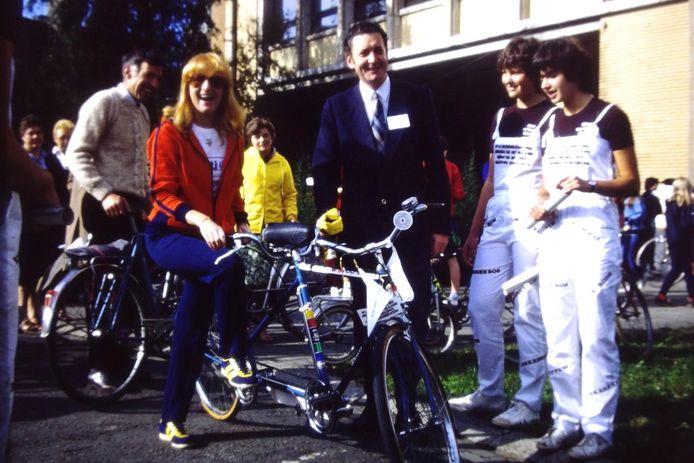 Een beeld van de allereerste Gordel op 27 september 1981 aan het gemeentehuis van Sint-Genesius-Rode. Met Micha Marah die toen 'Ik hou van alle zes' zong, een steun aan de faciliteitengemeenten.