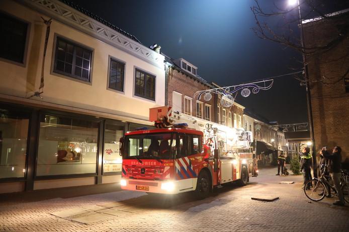 Inbrekers zitten op dak in Oss. Brandweer moet ze bevrijden.