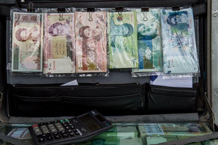Een koffer met rialbiljetten op een wisselkantoor in Teheran, op een foto van eind vorig jaar.  Beeld Bloomberg via Getty Images
