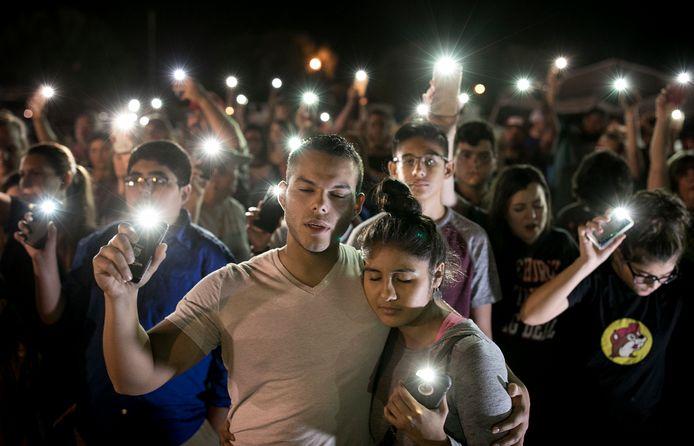 Een herdenkingsbijeenkomst voor de slachtoffers van de dodelijke schietpartij in Sutherland Springs, Texas. Foto Jay Janner