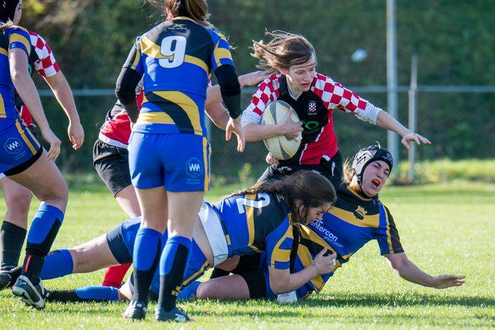 De rubysters van Scrumboks in actie tijdens een competitiewedstrijd in Tiel.