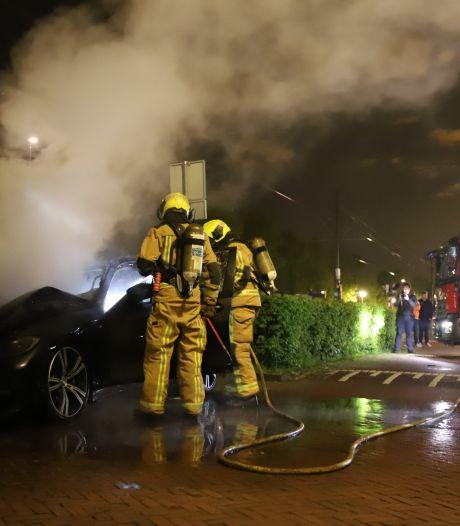 Scooter en geparkeerde auto gaan in vlammen op
