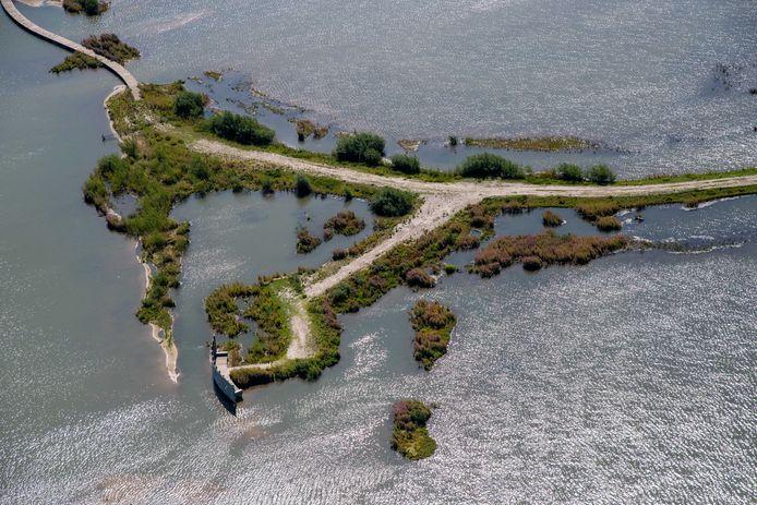 Luchtfoto van de Marker Wadden. Het gebied is volgens Natuurmonumenten een van de grootste natuurherstelprojecten in Europa, bedoeld om de biodiversiteit terug te brengen. Het hoofdeiland is toegankelijk voor publiek.