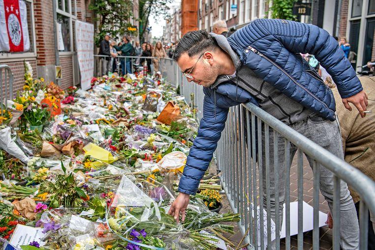 Amsterdammers van allerlei komaf herdenken Peter R. de Vries in de Lange Leidse Dwarsstraat. Beeld Guus Dubbelman / de Volkskrant