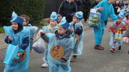 FOTOREPORTAGE Regen hield jonge carnavalisten niet tegen: kinderen massaal verkleed de straat op