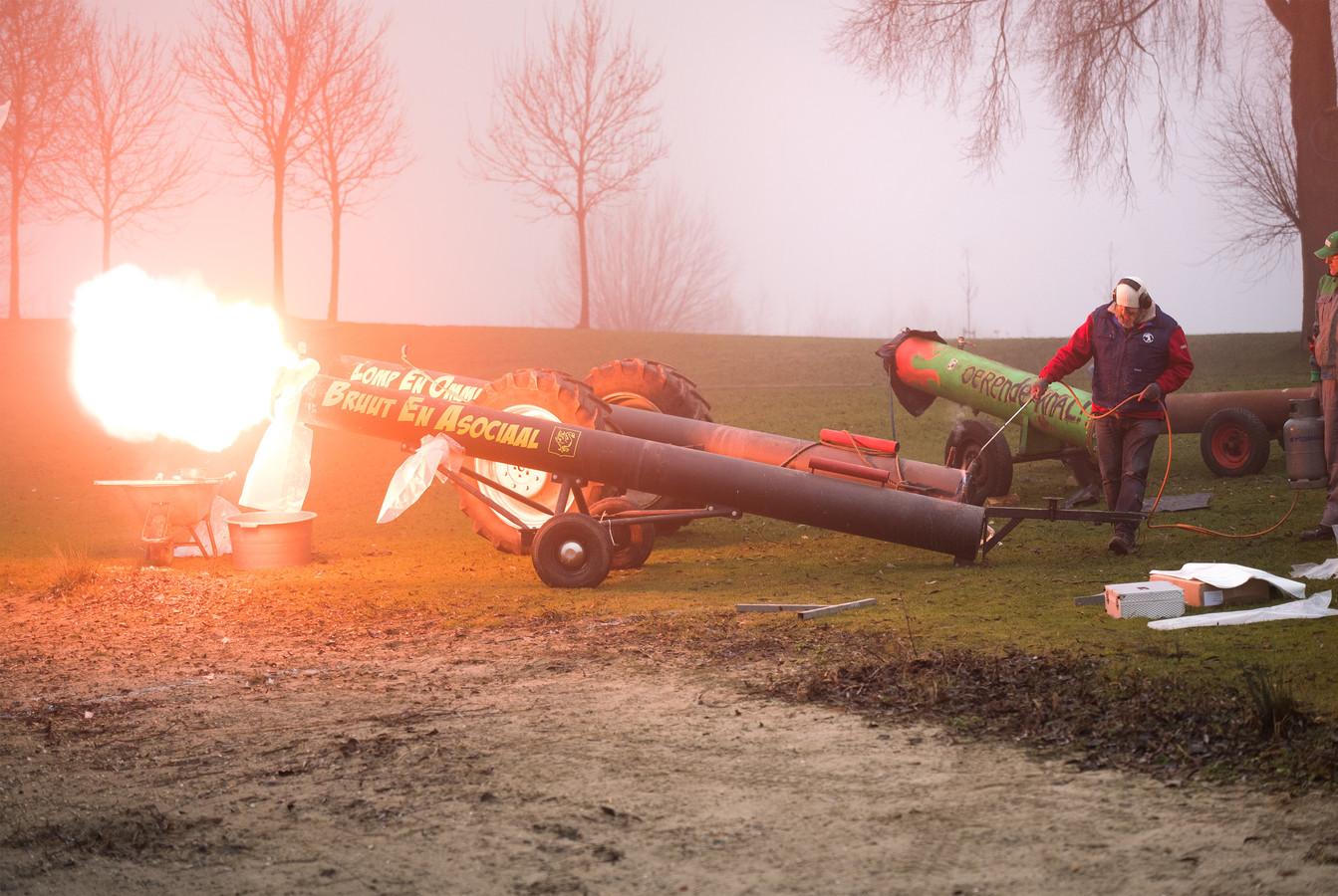 Hier op archiefbeeld: Het Betuws Kampioenschap carbid schieten in Valburg, 3 jaar geleden.