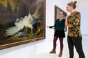 Kunstacademie-studenten Lotte Boots (rechts) en Femke Koppe bij een jachtstilleven van Jan Weenix. Foto Roel van der Aa