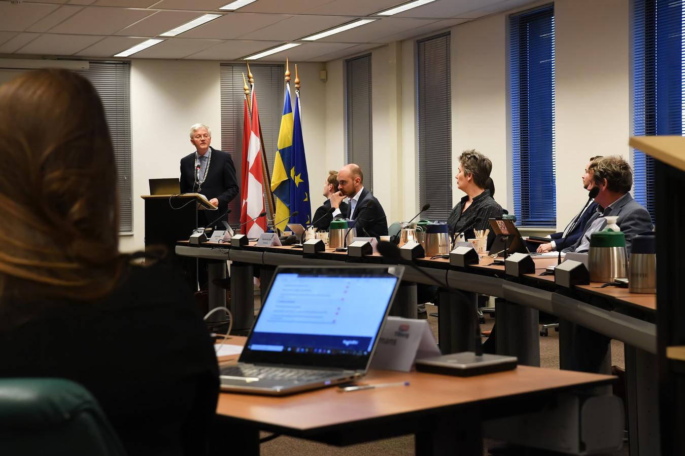 In mei vorig jaar kwam de Tilburgse gemeenteraad nog fysiek bijeen, zij het in afgeslankte vorm.  Alleen de fractievoorzitters of woordvoerders over een onderwerp waren aanwezig. Na de zomer werd overgestapt op digitaal vergaderen.
