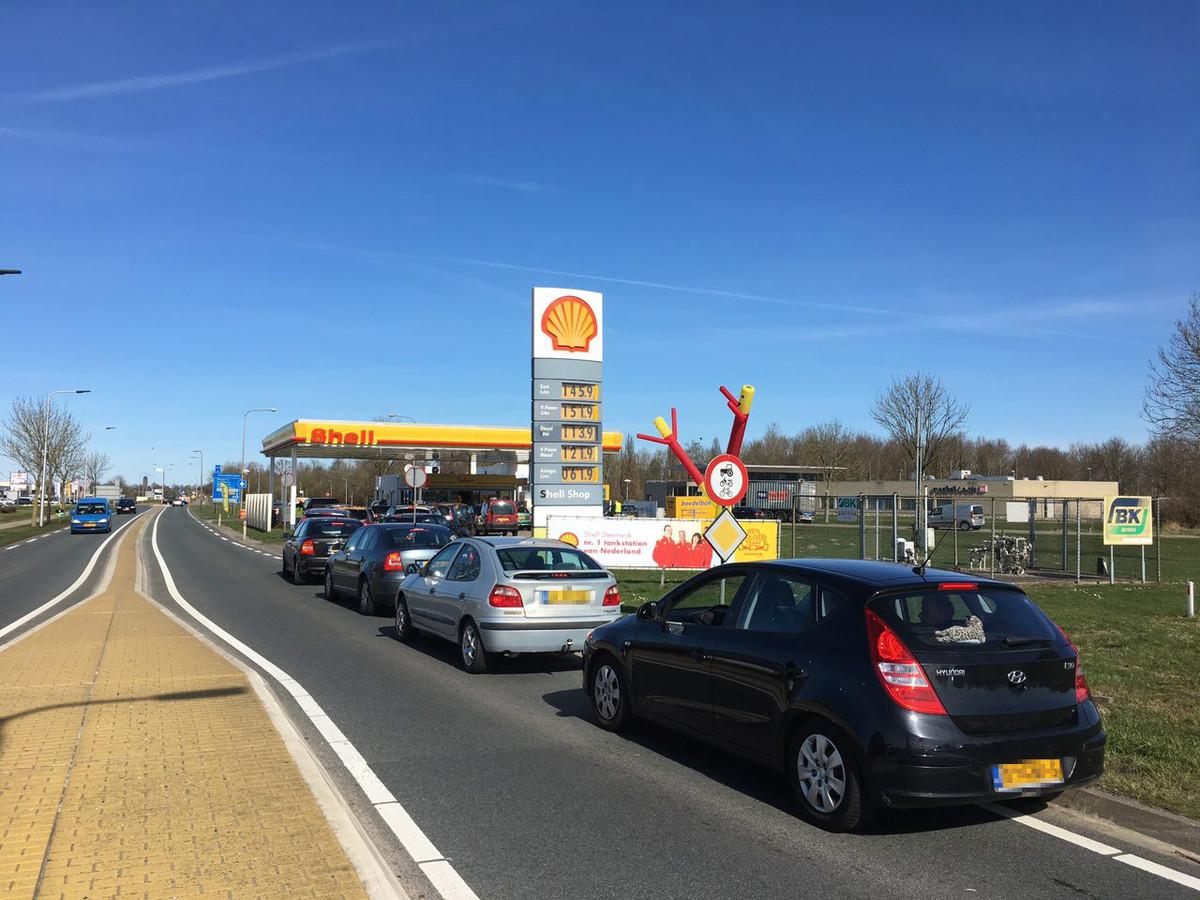 Rijen voor het tankstation in Steenwijk
