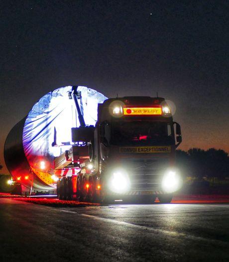 Waarom rijden er midden in de nacht steeds megagrote konvooien vrachtwagens door Flevoland?