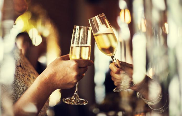 Champagne, glazen, proosten.