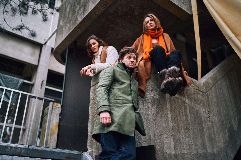 Lize Feryn, Titus De Voogdt en Emilie De Roo spelen de hoofdrollen in het tweede seizoen van 'Beau Séjour'. Beeld Thomas Sweertvaegher